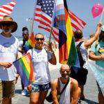 Un groupe pose lors de la Pride israélienne 2021