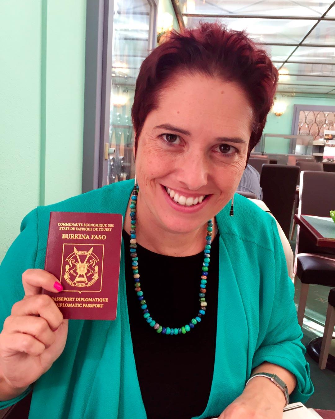 Isabelle Chevalley présente son passeport burkinabé