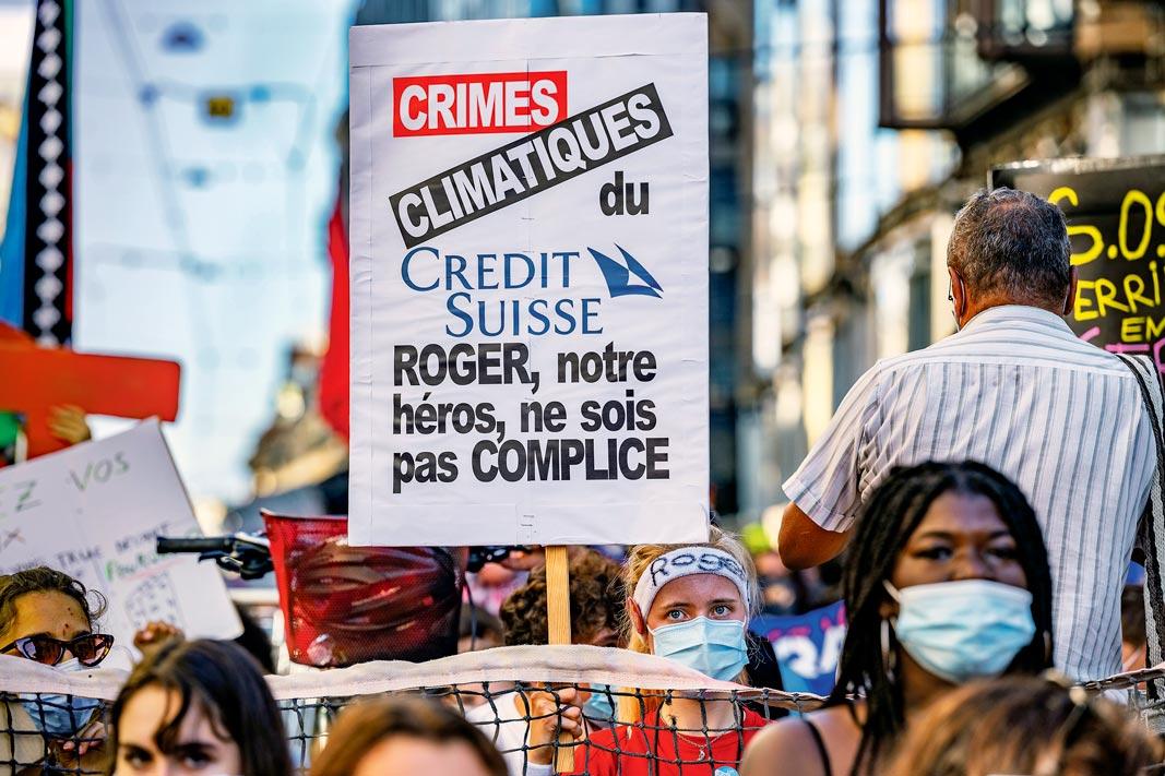 Une manifestante déguisée en Roger Federer