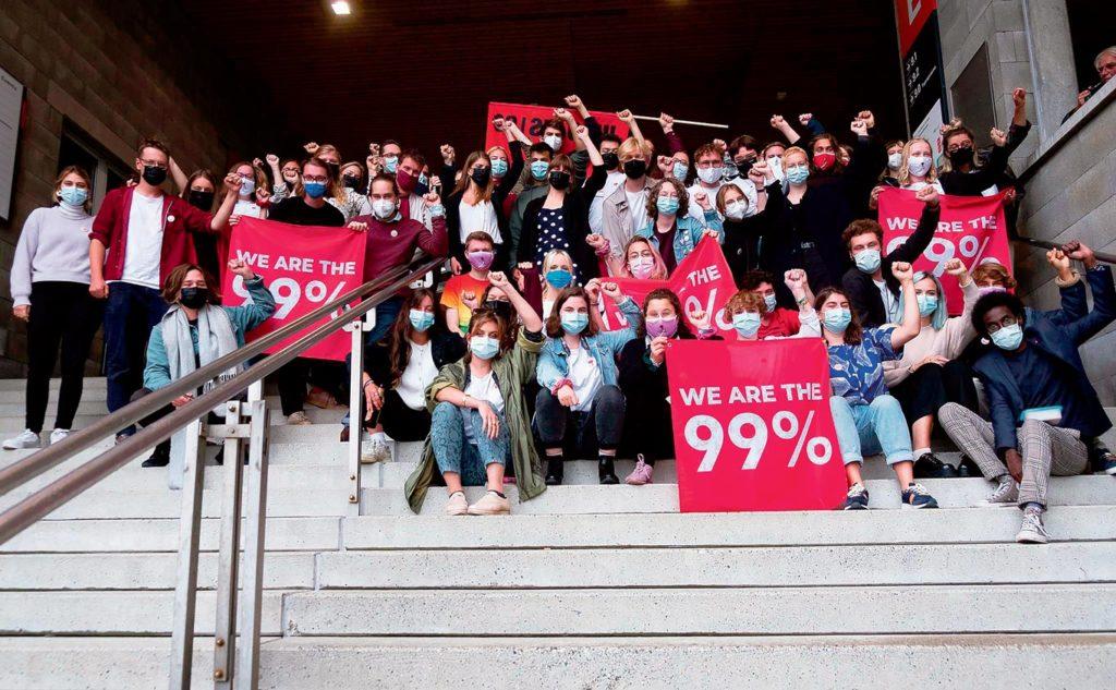 Les jeunes socialistes posent avec des drapeaux We are the 99%