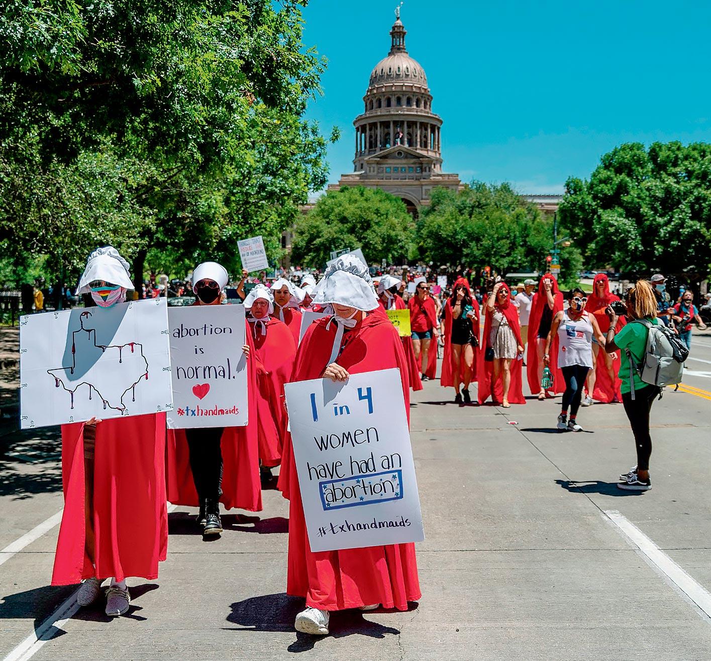 Des femmes déguisées en servante écarlate au Texas
