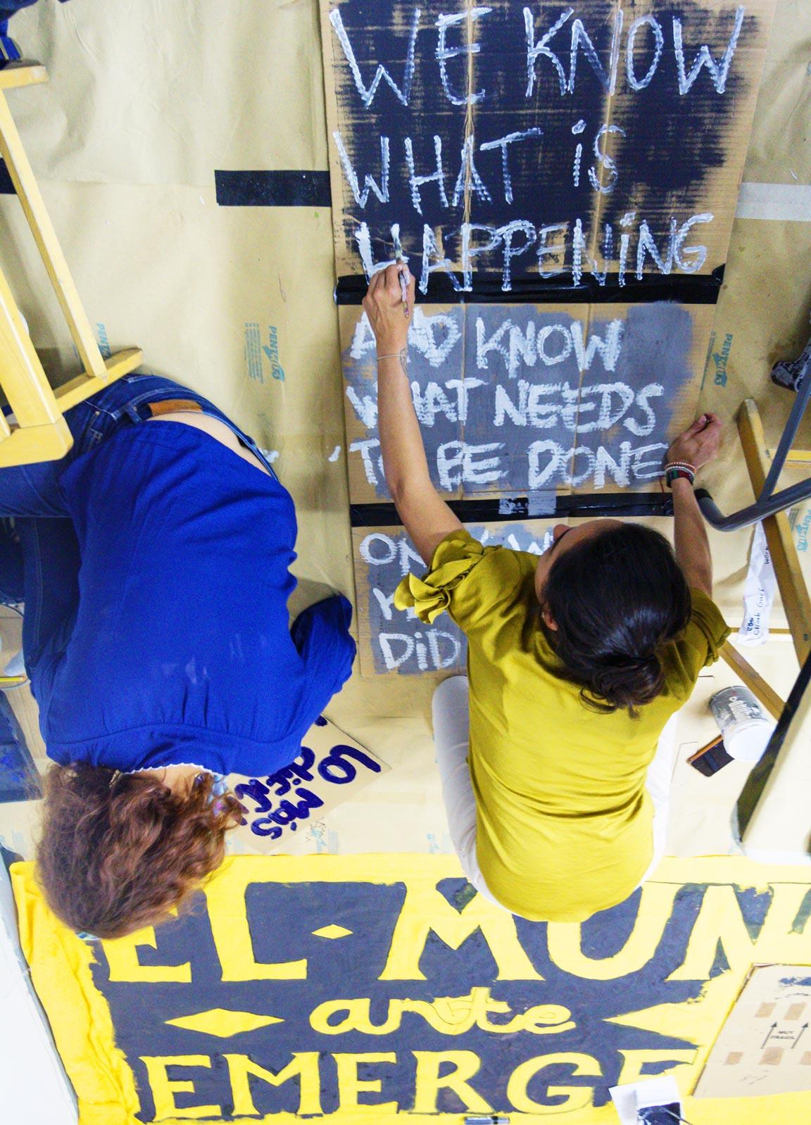 Deux militantes préparent des pancartes