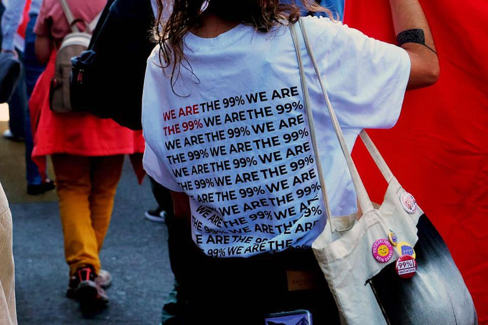 "Une manifestante porte un t-shirt ""We are the 99%"""