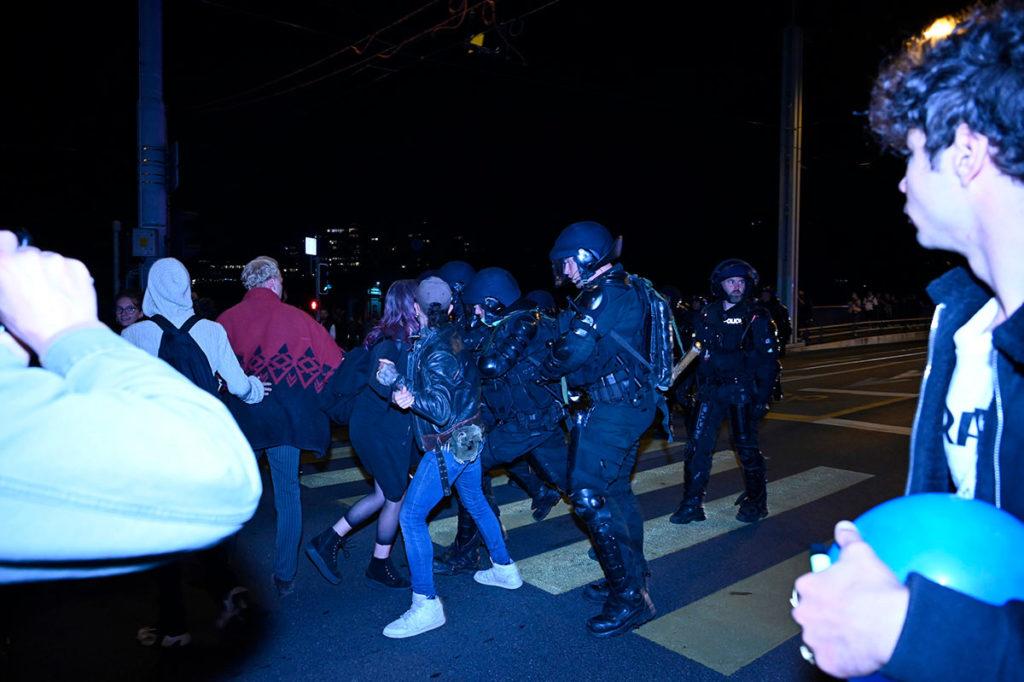 Des manifestants contre le Certificat Covid se font arrêter par la police