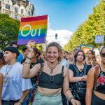 Une participante à la Pride de Genève porte une pancarte pour le oui au mariage pour tout-e-s