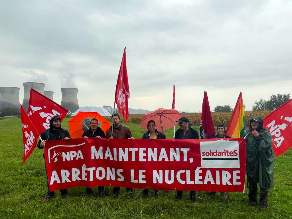 Des manifestant-e-s devant la centrale nucléaire du Bugey